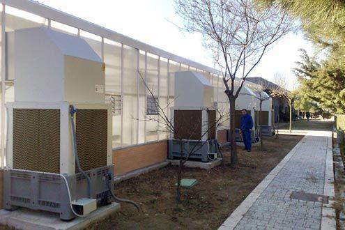 Enfriadores evaporativos coolin system en lateral de invernadero Reylux R9