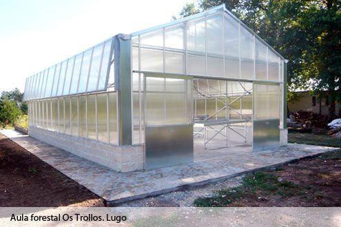 Invernadero de policarbonato Reylux con ventilaciones laterales para el Aula Forestal Os Trollos (Lugo)