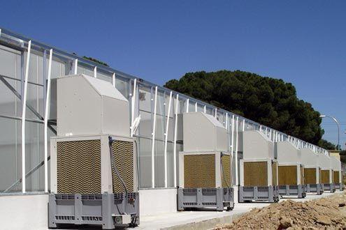Cooling system. Equipos autónomos fijados al exterior de la pared de invernadero Reylux.