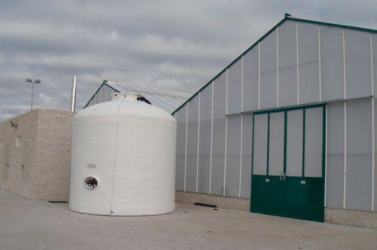 Invernadero de gama alta Reylux R12. Depósito de agua y área de vestuarios y sanitarios