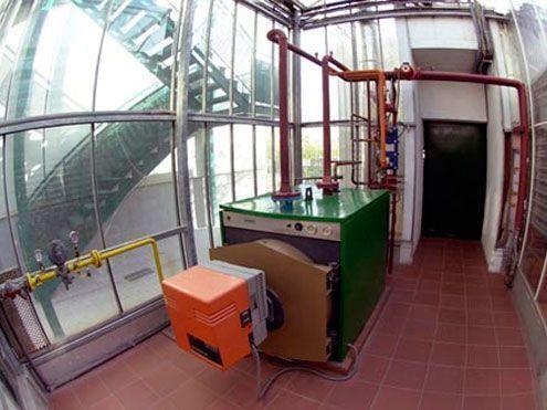 Sala de calderas en invernadero de cristal
