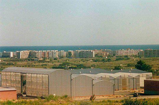 Invernaderos tipo Fiberlux fabricado a medida para uso de almacén de plantas en la zona de servicios del Parque Port Aventura (Tarragona)