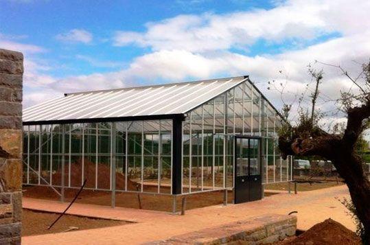 Invernadero de Gama Alta Reylux con cubierta de vidrio.