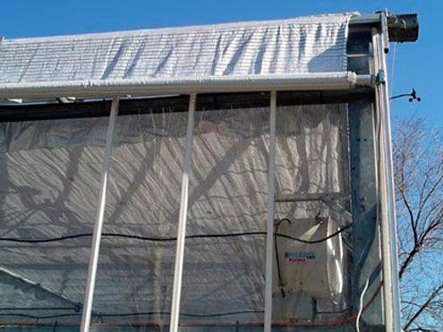 Pantalla enrrollable lateral exterior para proyección de sombra y ahorro de energía.